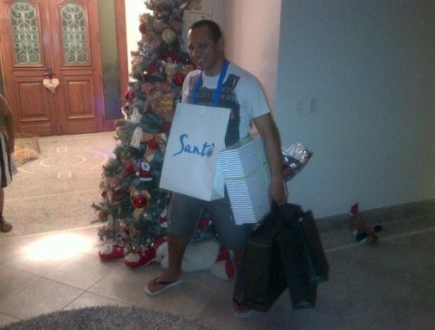 Neymar pai com presentes de Natal (Foto: Twitter / Divulgação)