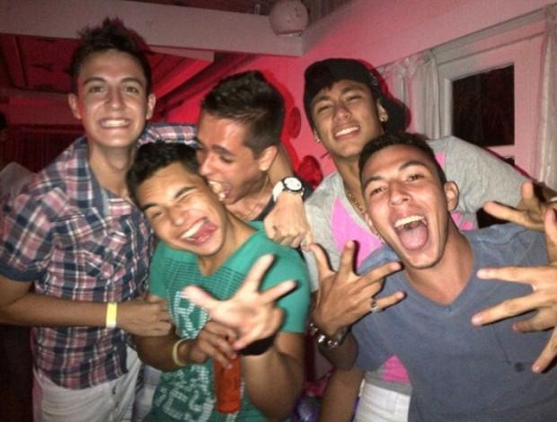Neymar com amigos no Natal (Foto: Twitter / Divulgação)