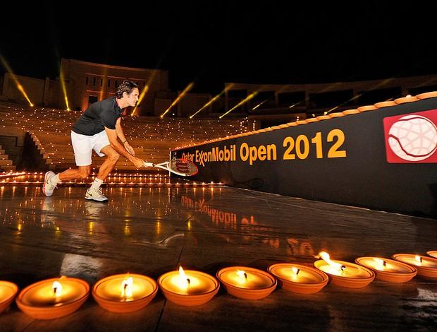 Nadal joga tênis com Federer em quadra iluminada por velas (Foto: AP)