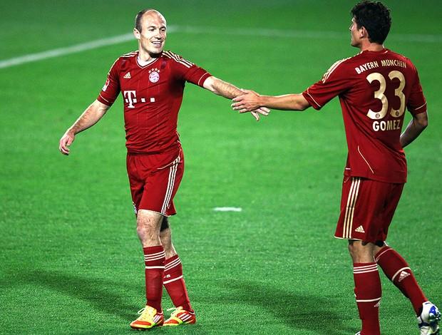 Robben e Mario Gomez comemoram gol do Bayern de Munique contra o Al-Sailiya (Foto: Getty Images)