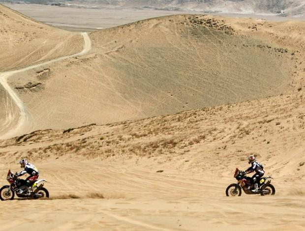 Marc Coma e Cyrill Despres na sétima etapa do Rally Dakar (Foto: Agência EFE)