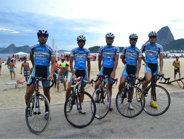 Pedro Siaretta, Jonas Melo, Iago Toni, Geovane Andriatto e Eriken Pasuc equipe de Santos ciclismo (Foto: Ana Carolina Fontes / Globoesporte.com)