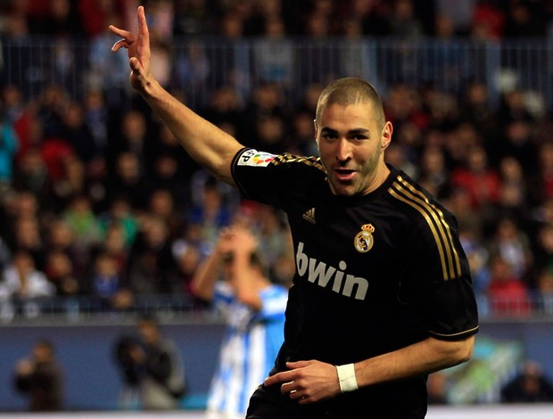 Benzema comemora gol do REal Madrid sobre o Málaga (Foto: Reuters)