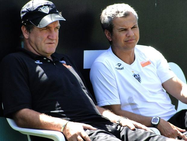 Cuca e Carlinhos Neves no treino do Atlético-MG (Foto: Ana Paula Moreira / Globoesporte.com)