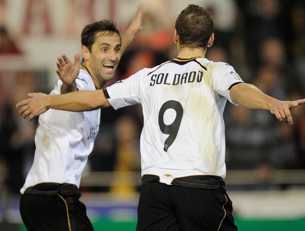 Jonas e Soldado comemoram gol do Valencia sobre o Levante (Foto: AFP)