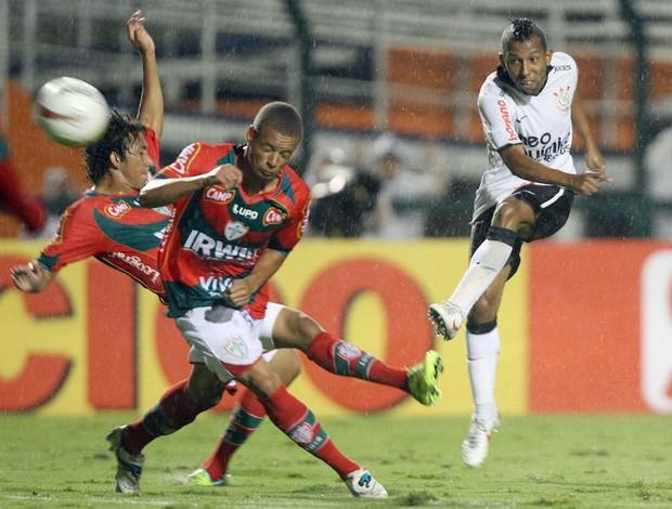 Vitor Junior, do Corinthians, em jogo contra a Portuguesa (Foto: agência estado)