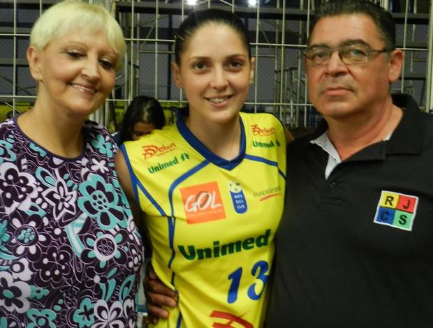 Thaiza, do Rio do Sul, aproveitou a partida em Uberlândia para rever os pais (Foto: Flávio Cortez / GLOBOESPORTE.COM)