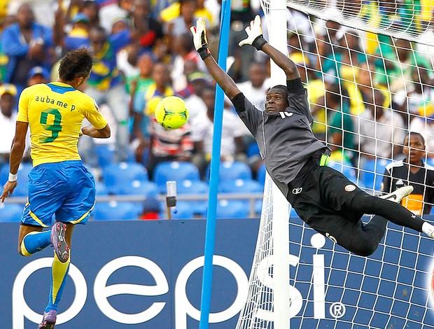 Pierre Eymerick marca o gol do Gabão contra Niger (Foto: AP)