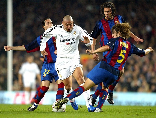 ronaldo real madrid puyol thiago motta barcelona 06/12/2003 (Foto: Agência Getty Images)
