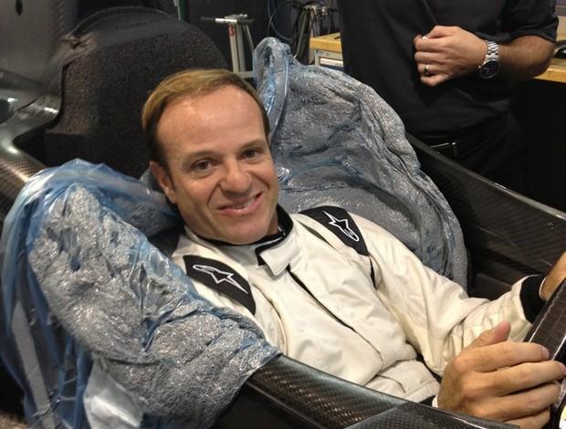 Рубенс Баррикелло устанавливает банк в автомобиле Тони Канаан в Формуле Indy (Фото: Воспроизведение Twitter)