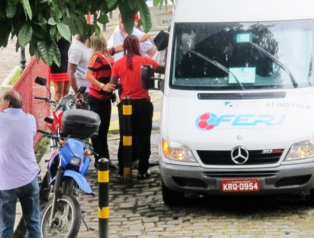 Vagner Love e a noiva Lucilene descem de van na chegada ao Fla (Foto: <br /> Janir Junior/Globoesporte.com)