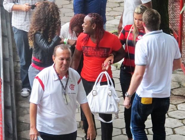 Com a bolsa da noiva na mão, o cavalheiro Love caminha (Foto: Janir Junior/Globoesporte.com)