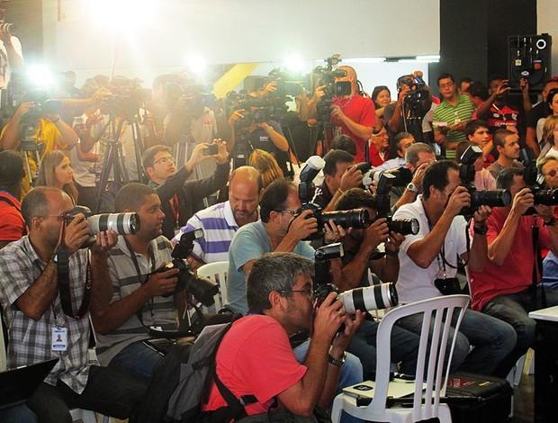 Batalhão de profissionais de imprensa comparece à apresentação (Foto: Janir Junior/Globoesporte.com)