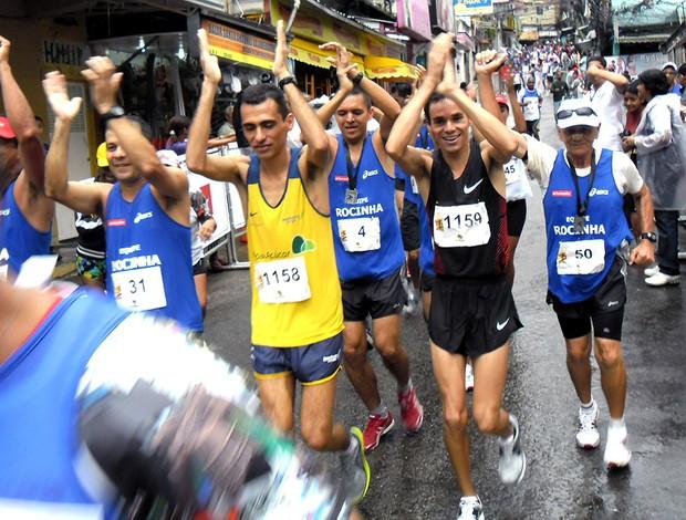 franck caldeira e marilson dos santos com atletas no Desafio da Paz na Rocinha (Foto: Luisa Prochnik / Globoesporte.com)