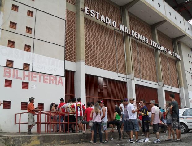 Torcedores fazem fila para comprar ingressos no Farião, na estreia do Mineiro (Foto: Cleber Corrêa)
