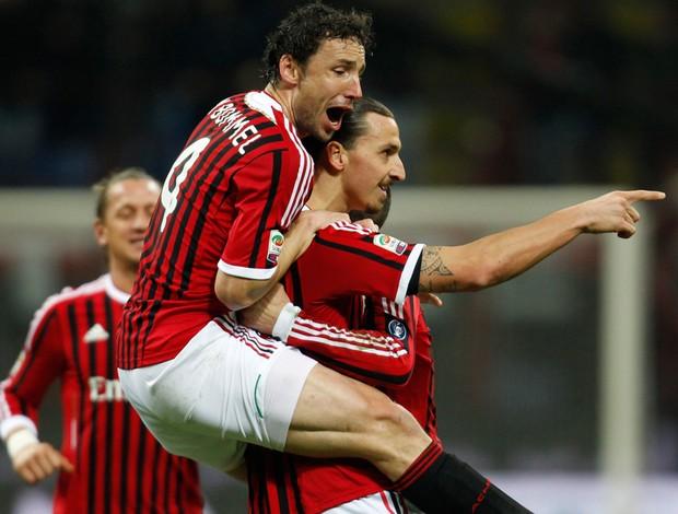 van bommel ibrahimovic milan gol cagliari (Foto: Agência AP)
