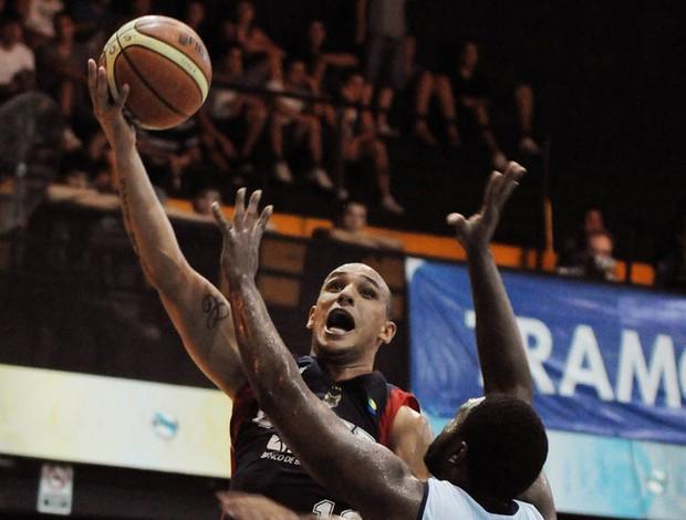 alex brasília x malvin basquete liga sul-americana (Foto: Divulgação/Ligateunafoto.com)