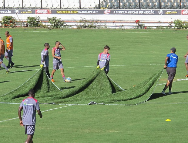 tapete no gramado de São Januário no treino do Vasco (Foto: Gustavo Rotstein / GLOBOESPORTE.COM)