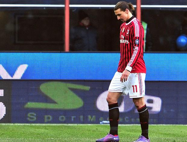 Ibrahimovic é expulso na partida do Milan contra o Napoli (Foto: AFP)