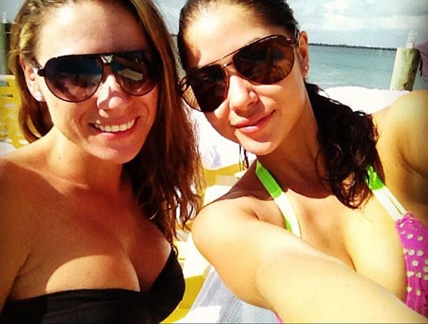 Arianny Celeste na praia com amiga (Foto: Reprodução/Twitter)