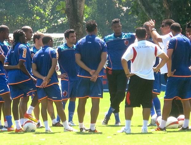 Joel Santana conversa com os jogadores no treino do Flamengo (Foto: Janir Junior / GLOBOESPORTE.COM)