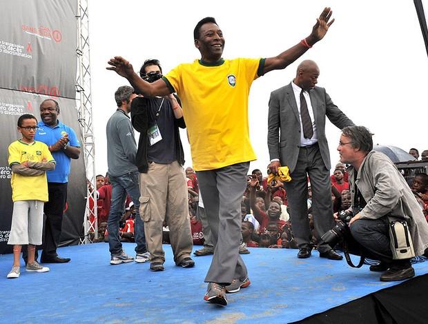 Pelé no Gabão durante a Copa das Nações (Foto: AFP)