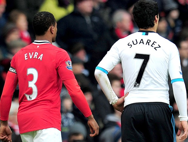 evra manchester united e suarez liverpool (Foto: Ag&#234;ncia Getty Images)