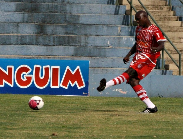 Clodoaldo ataca para o Uberaba Sport (Foto: Enerson Cleiton / GLOBOESPORTE.COM)