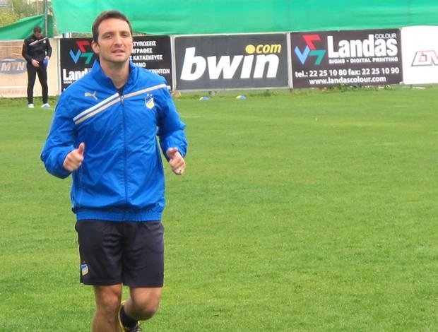 Manduca em treino do Apoel (Foto: Cahê Mota / Globoesporte.com)