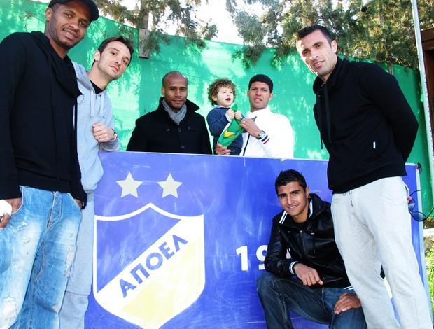 Brasileiros do Apoel mostram escudo do time (Foto: Cahê Mota/Globoesporte.com)