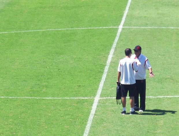 Joel Santana conversa com assessor de imprensa do Flamengo (Foto: Janir Junior / GLOBOESPORTE.COM)