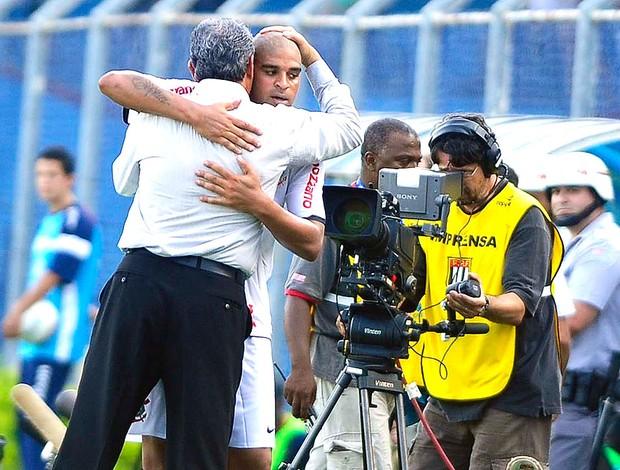 Adriano e Tite abraçados no jogo do Corinthians (Foto: Marcos Ribolli / GLOBOESPORTE.COM)