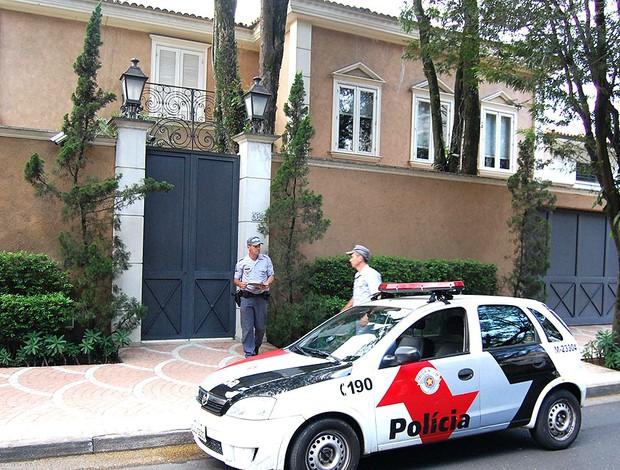 casa de Leão após assalto  (Foto: Hélio Torchi / Ag. Estado)