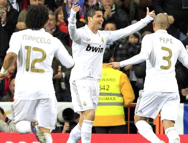 Cristiano Ronaldo comemora gol do Real Madrid contra o Racing (Foto: EFE)