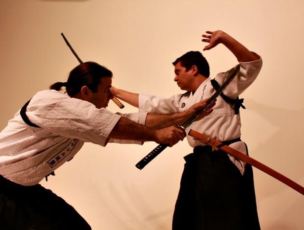 Thiago Moraes e Rafael Ferreira estudam combate com espadas (Foto: Aline Paparotto / Divulgação)