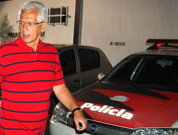 Leão na delegacia após sua casa ser roubada (Foto: Ag. Estado)