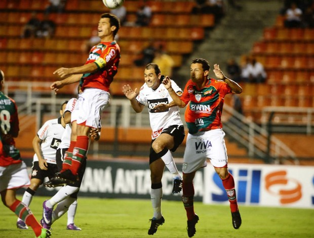 Zaga da Portuguesa afasta bola em jogo com o Corinthians (Foto: Marcos Ribolli / globoesporte.com)
