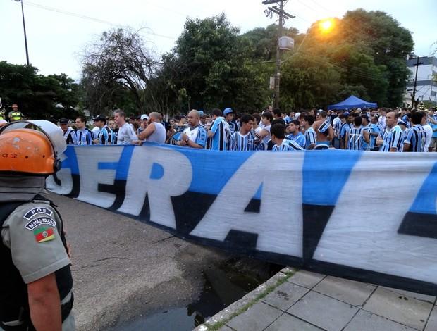Torcida do Grêmio no deslocamento para o Gre-Nal no Beira-Rio (Foto: Eduardo Cecconi/GLOBOESPORTE.COM)