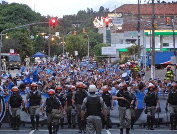 Torcida do Grêmio no deslocamento para o Beira-Rio (Foto: Eduardo Cecconi/GLOBOESPORTE.COM)