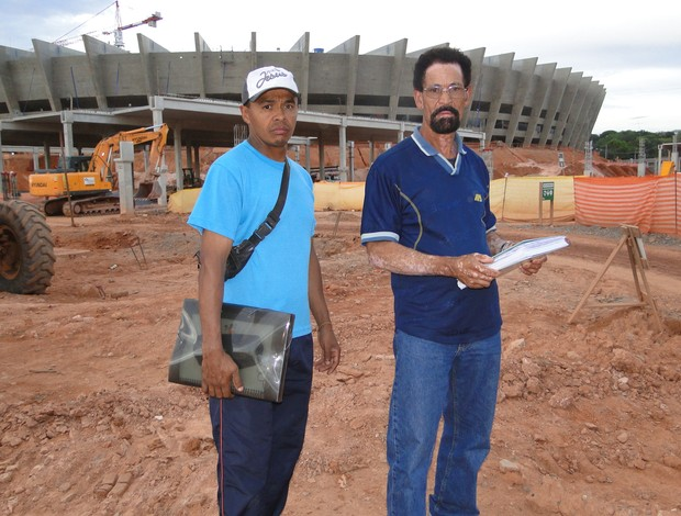 Evaldo e Sebastião em frente ao Mineirão - 1 (Foto: Lucas Catta Prêta / GLOBOESPORTE.COM)
