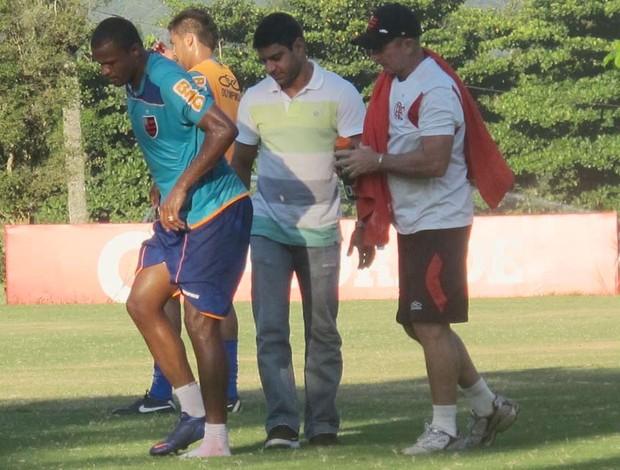 Airton sente o tornozelo flamengo (Foto: Janir Junior/Globoesporte.com)