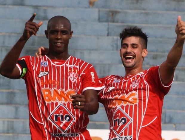 Clodoaldo e Bruno Moreno comemora gol contra o Democrata (Foto: Enerson Cleiton)