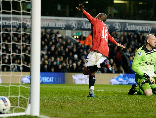 Ashley Young comemora gol do Manchester United contra o Tottenham (Foto: Dylan Martinez / Reuters)