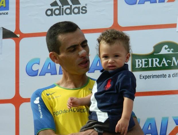 Meia Maratona de SP 2012 Marilson Gomes dos Santos no pódio com o filho (Foto: Alexander Grünwald/ GLOBOESPORTE.COM)