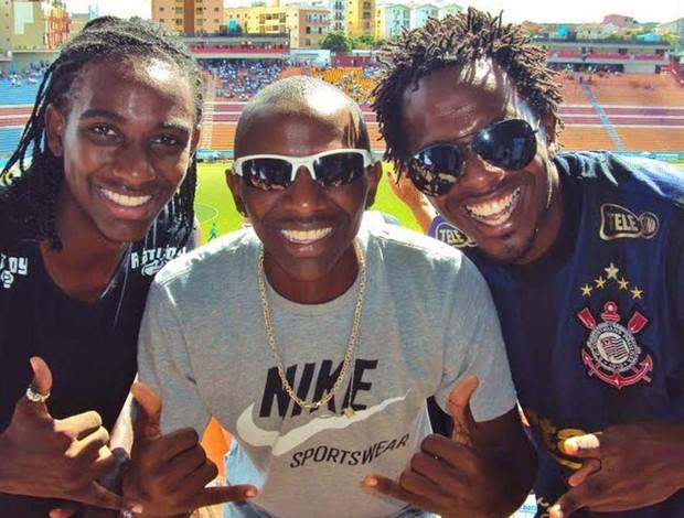 Mauro Vinícius do atletismo e irmãos em estádio de futebol (Foto: Arquivo Pessoal)
