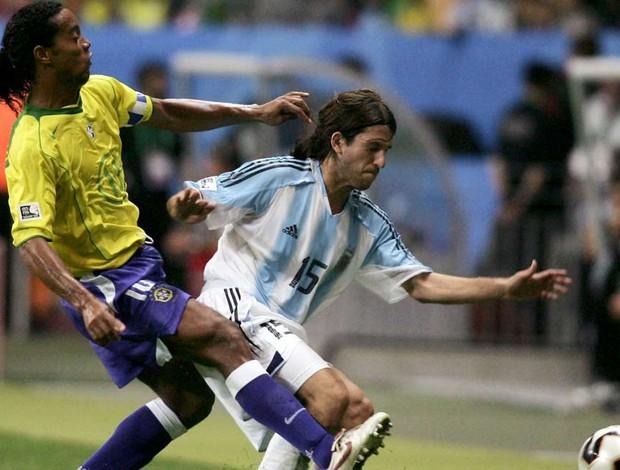 ronaldinho gaucho placente argentina x brasil 2005 (Foto: Getty Images)