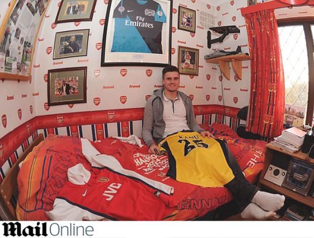 Carl Jenkinson, jogador do Arsenal que tem um quarto decorado com coisas do time (Foto: Reprodução / Mail Online)