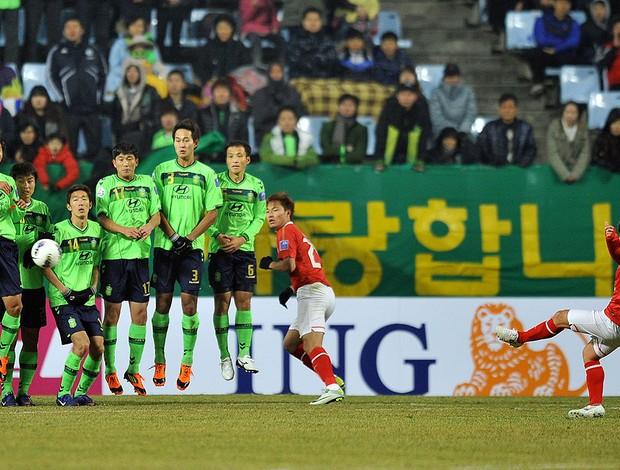 Conca cobra falta na partida entre Jeonbuk FC x Guangzhou Evergrande (Foto: AFP)