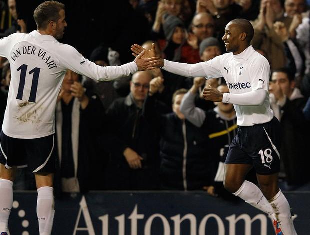 Jermain Defoe comemorando gol do tottenham contra o stevenage (Foto: Reuters)
