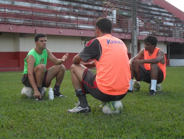 Walter Minhoca, suspenso para o próximo jogo, Léo Medeiros e Luizinho do Guarani-MG (Foto: Cleber Corrêa)